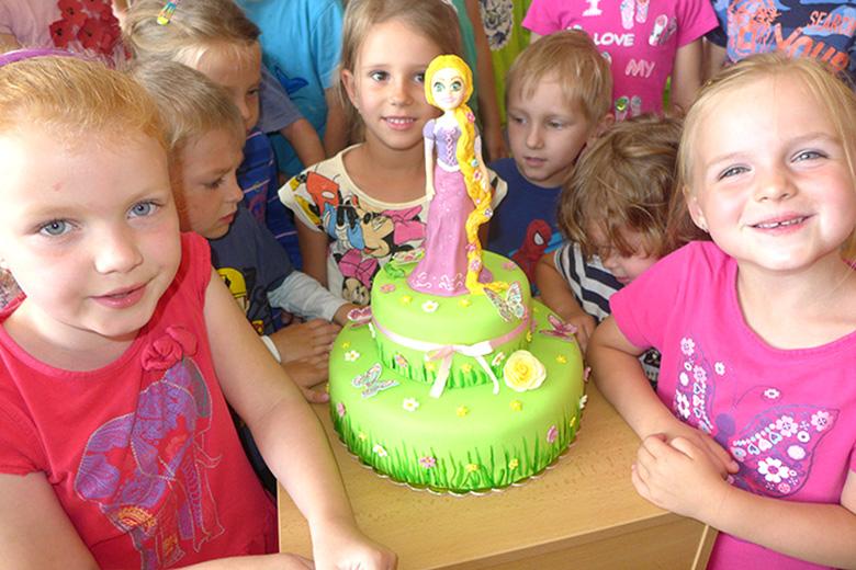 Anetka oslavila narozeniny, snědl se dort
